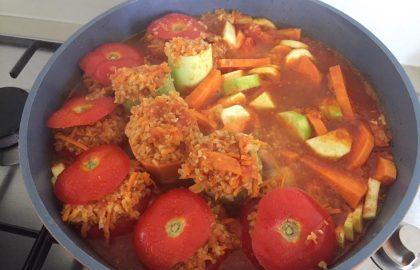 עגבניות ממולאות בבורגול, עדשים כתומות וירקות- המתכון של הילה