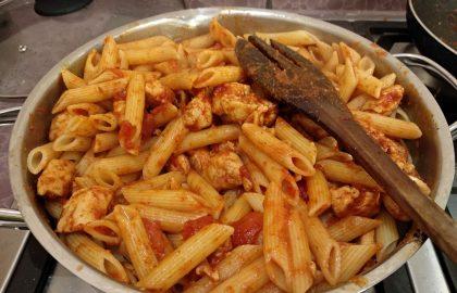 פסטה עם קוביות פילה עוף ברוטב עגבניות