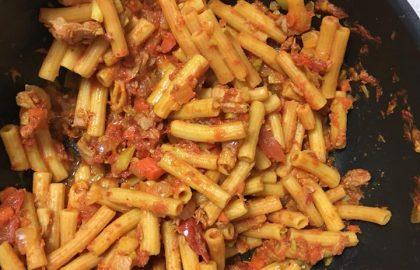 פסטת עדשים אדומות ברוטב עגבניות וטונה