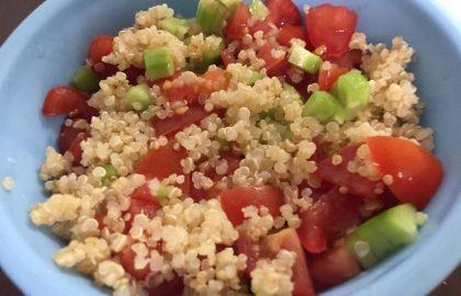 סלט ירקות עם קינואה