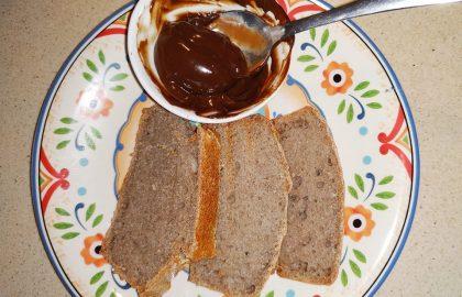 לחם כוסמת ירוקה וממרח שוקולד חרובים